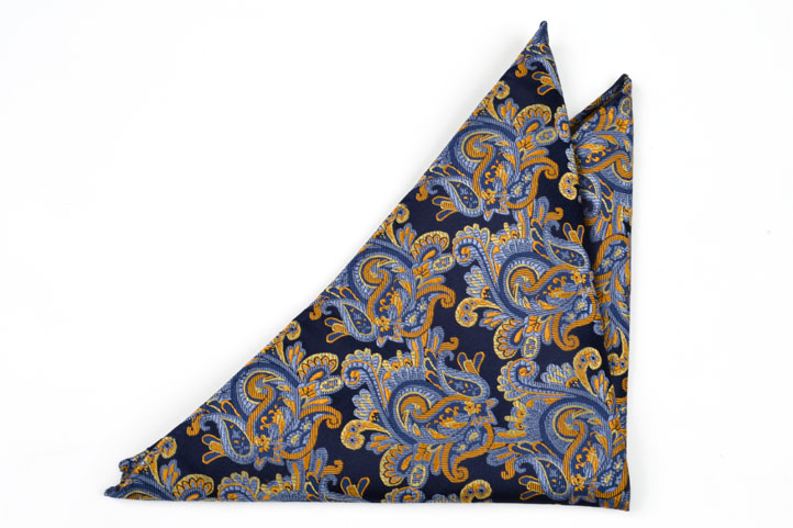 Bröstnäsduk, Notch CLARK har en mörk marin botten & ett underbart paisley i olika blå toner & guld.
