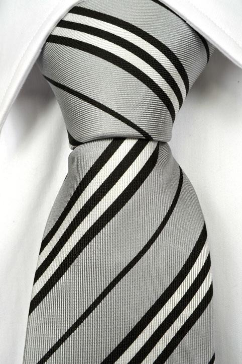 Slips, Notch FLORIAN har en ljusgrå botten & klassiska ränder i svart & vitt.
