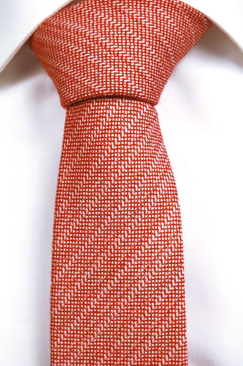 Smal Slips, Notch ROYCE har ett mjukt mönster i rött och vitt.